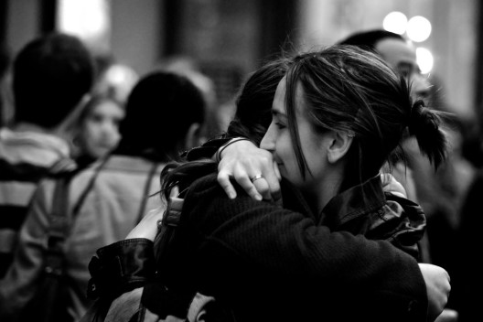 hug-photo-black-and-white-london-girls-hugging-the-round-peg-528x352